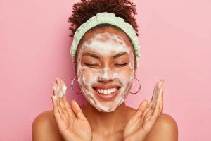 ニキビの改善を目指すためには洗顔とスキンケアも重要
