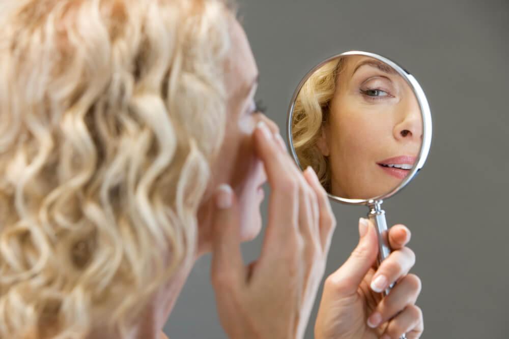「まぶたのくぼみでお悩みの方に 美容クリニックの注入療法をご紹介」